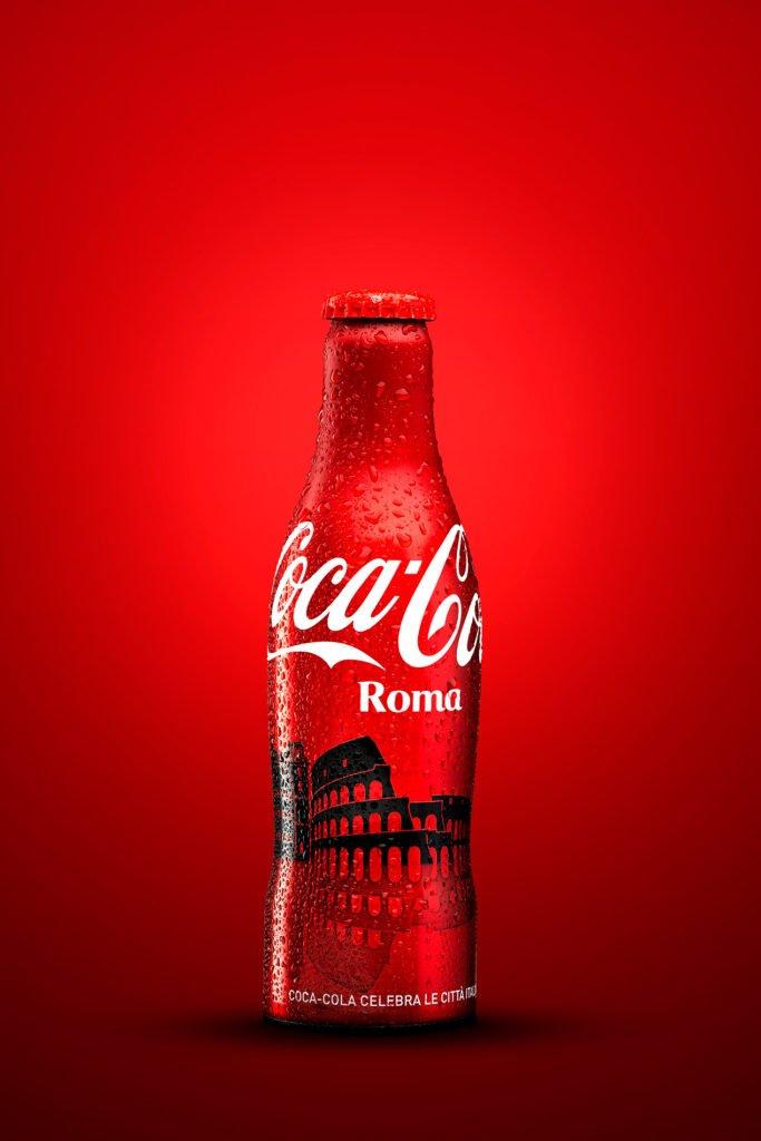 Foto still life di una bottiglietta di Coca Cola (Limited Edition) dedicata alla città di Roma.